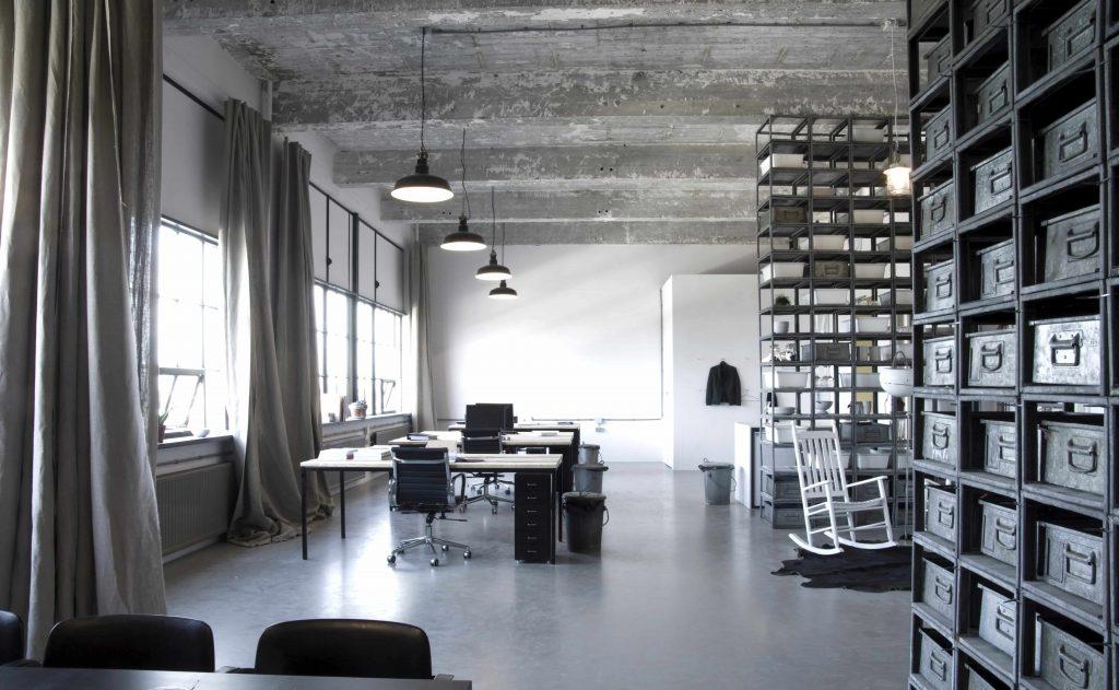 Betonlook vloer in een industrieel interieur